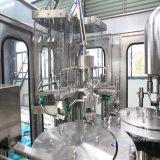가득 차있는 자동적인 음료 용수 병조림 공장