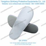 Устранимые тапочки белой губки крытые с Anti-Slip многоточиями единственным Qk-Sp014