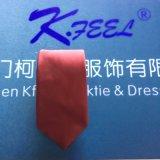 Cravate en soie marron avec un logo tissé