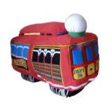 熱い子供によって詰められるおもちゃのプラシ天車のおもちゃ