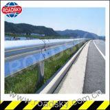 交通安全の熱いすくいの電流を通された金属のガードレール