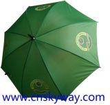 Facendo pubblicità all'automobile aprire l'ombrello a manico lungo
