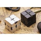 Cubo de la persona agitada en estilo con el cubo del infinito
