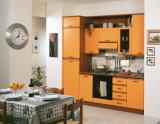 贅沢な様式の赤く光沢度の高い食器棚