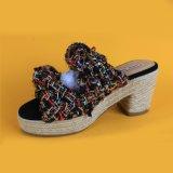 Signore che tessono le scarpe di tela tallonate dei pistoni del cuneo per le donne