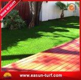 Hierba sintetizada del césped artificial rizado para el jardín