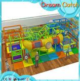 Campo de jogos macio interno das crianças com equipamento