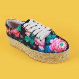 Le donne stampate floreali delle signore delle pompe di modo merlettano in su i pattini della scarpa di tela della piattaforma