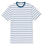 白い人および青いしまのあるTシャツ