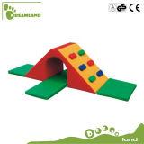 O bebê brinca o equipamento interno pré-escolar do jogo do equipamento macio interno dos miúdos do jogo