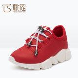 Il modo dei capretti merletta in su i pattini respirabili chiari delle scarpe da tennis rossi