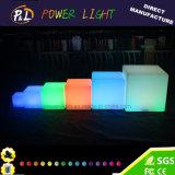 Couleur rougeoyante changeant l'éclairage LED lumineux vers le haut du cube