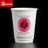 La tasse de café de papier d'imprimerie excentrée possèdent le logo