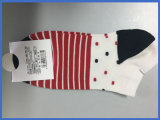 El tobillo de las mujeres pega los calcetines del barco que ejecutan calcetines del deporte