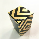 1つの継ぎ合わせられた装飾的な紙箱