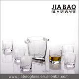 Cubo de hielo gris del ganso con el vaso de cristal