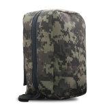의학 주머니를 가진 군 그리고 야외에서 운동 책가방 전술상 책가방