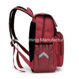袋をハイキングする学校の肩のジッパーのバックパック旅行