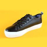 نمط تصميم يبرّد سيادات جلد يربط فوق كلّ حذاء رياضة سوداء