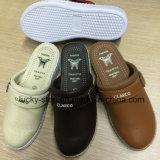 4つのカラーの作業靴