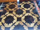 Padauk y suelo de madera del entarimado del medallón del ébano