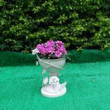 旧式で白い単一の鍋の花プランター立場