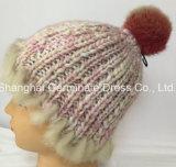 Chapéu morno de confeção de malhas Islândia do Beanie do chapéu do inverno com o Pompom falsificado da pele (Hjb040)