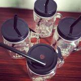 Freies Glasflaschen-Maurer-Glas mit Stroh