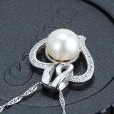 鎖が付いている女性のハート形の真珠の吊り下げ式のネックレス