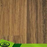 Papel de madera claro del grano como papel decorativo para el suelo y los muebles