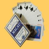 Adulto que anuncia os cartões de jogo feitos do papel