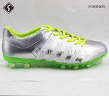 Heiße Art-Mann-im Freienfußball-Schuhe und Fußball-Schuhe