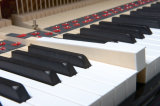 Piano vertical del negro 125 de Steiner de los instrumentos musicales con el banco del piano