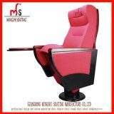 メモ帳(MS-538)が付いている赤い講堂の椅子