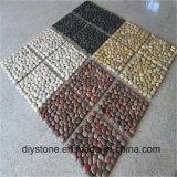 白くか黒くまたは黄色または赤い連結の川の石のタイル
