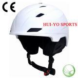 雪のヘルメット、大人のスキーヘルメット、スノーボードのヘルメットを競争させる白いスキーヘルメットを形成しなさい