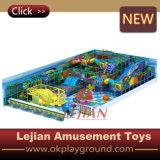 De kleurrijke Speelplaats van de Jonge geitjes van het Vermaak Zachte Binnen (t1504-4)