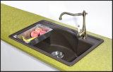 La salle de bains composée blanche noire de granit coule le bassin