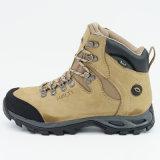 防水靴をハイキングする人の屋外の履物の本革