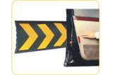 黒く及び黄色のゴムC形のガレージの壁の監視