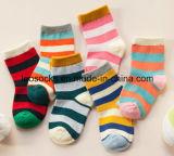 子供のための少し星およびストリップパターン美しい赤ん坊のソックス