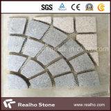Камни квадрата и круглого форменный гранита вымощая для патио