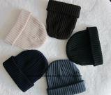 Los deportes fríos pesados hicieron punto los sombreros de las lanas para el invierno