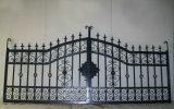 Porta murada do ferro feito do jardim