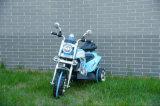 O miúdo três rodou a motocicleta elétrica