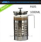 De Franse die Pers van het Glaswerk van het Koffiezetapparaat met Pot en Kop wordt geplaatst