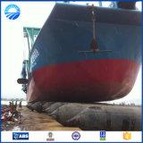 O barco parte as câmaras de ar infláveis do pontão da bolsa a ar de borracha marinha