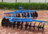 De Tractor van het landbouwbedrijf voert de Eg van de Schijf van de Compensatie van Delen uit