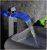El grifo de la cascada de la potencia de agua con el color que cambia el LED enciende el canalón de cristal