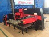 Máquina de perfuração da imprensa de potência do CNC de China Dadong com serviço ultramarino